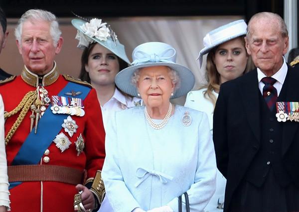 Eugenie e Beatrice em evento real com a Rainha Elizabeth II (Foto: Getty Images)