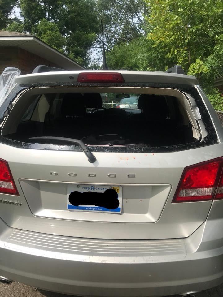 Vidro traseiro quebrado por mãe para salvar bebê (Foto: Reprodução)