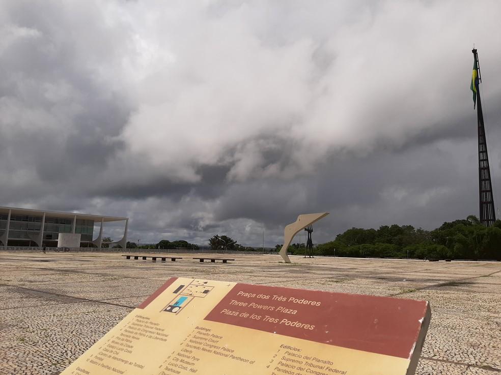 26 de março - Praça dos Três Poderes, ponto turístico de Brasília, é vista sem movimento após restrições devido ao coronavírus — Foto: G1/Carolina Cruz