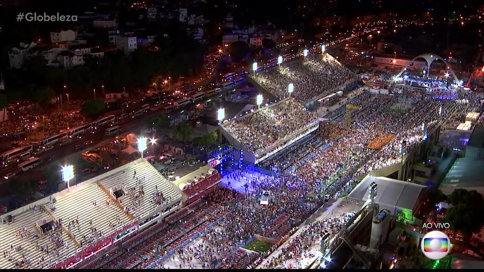 Multidão seguiu a Beija-Flor e seguiu cantando o samba após o fim do desfile, em imagem impressionante. (Foto: Reprodução/TV Globo)
