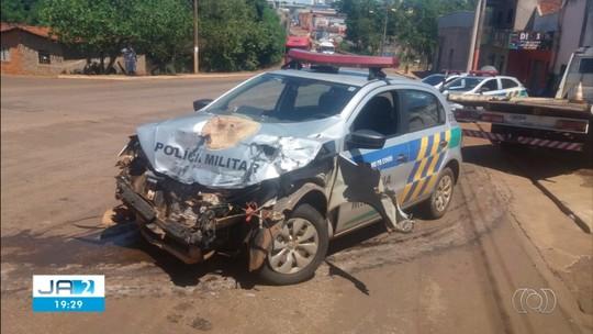 Carro da PM bate em caminhão durante perseguição, em Jataí; veja vídeo