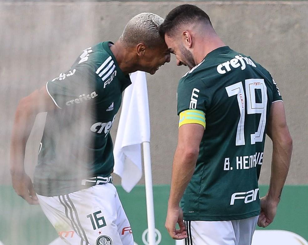 Deyverson e Bruno Henrique comemora gol do volante do Palmeiras — Foto: Cesar Greco/Agência Palmeiras