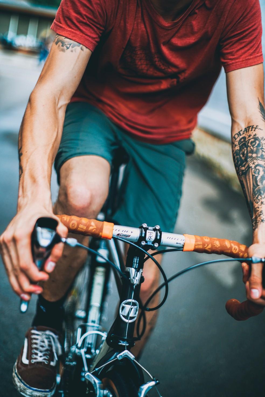Manetes de freio podem ser ajustados para um maior conforto do ciclista — Foto: Unsplash