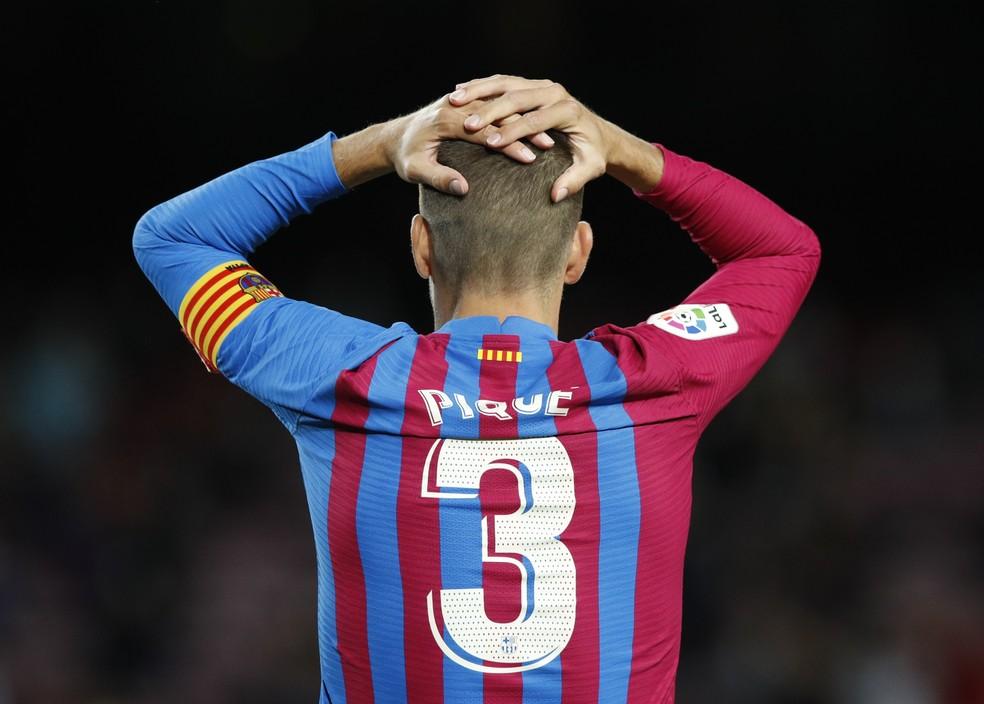 Piqué começou como reserva e entrou no segundo tempo para ser o centroavante do Barcelona, que buscou de qualquer maneira o empate com o Granada — Foto: Albert Gea/Reuters