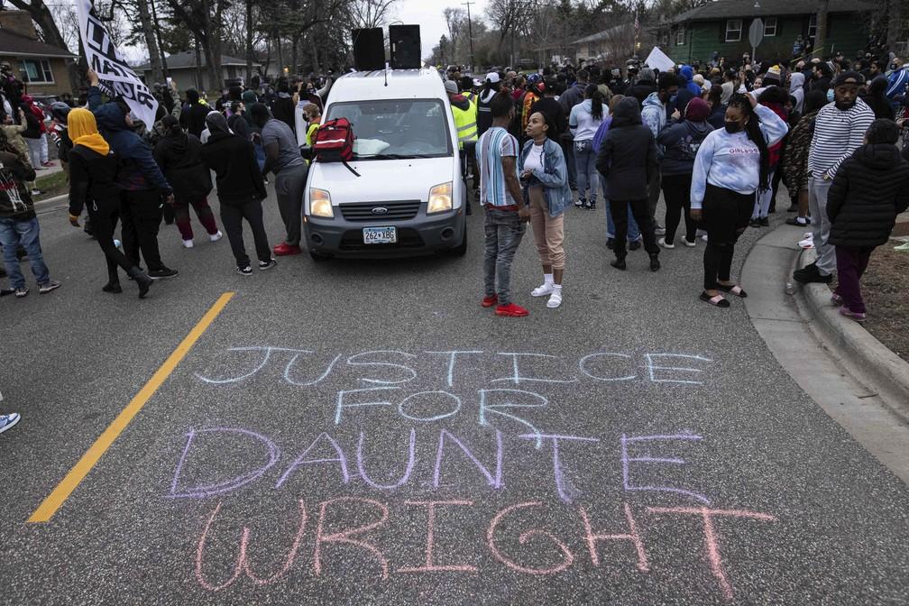 Manifestantes protestam no domingo (11) em Brooklyn Center, subúrbio de Minneapolis, após a morte de Daunte Wright durante uma abordagem policial — Foto: Christian Monterrosa/AP