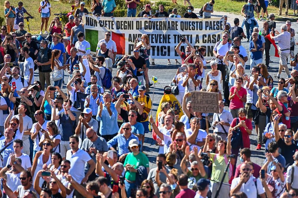 Cerca de mil pessoas se manifestam contra o uso obrigatório de máscaras, em Roma — Foto: Vincenzo Pinto/AFP