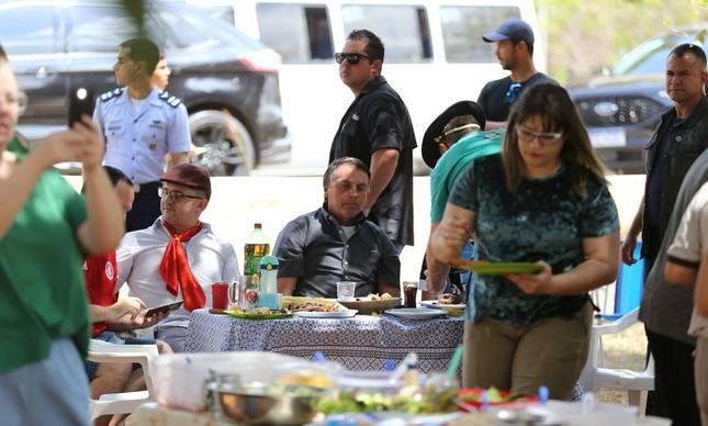 Bolsonaro participa de churrasco