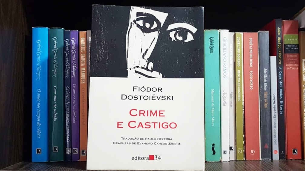 Crime e Castigo, uma das principais obras de Dostoiévski, foi traduzido pelo paraibano Paulo Bezerra  — Foto: Manoel Alencar/Arquivo Pessoal