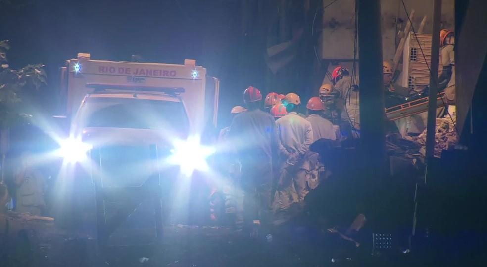 Bombeiros retiram dos escombros o corpo de uma mulher neste sábado (13) — Foto: Reprodução/GloboNews