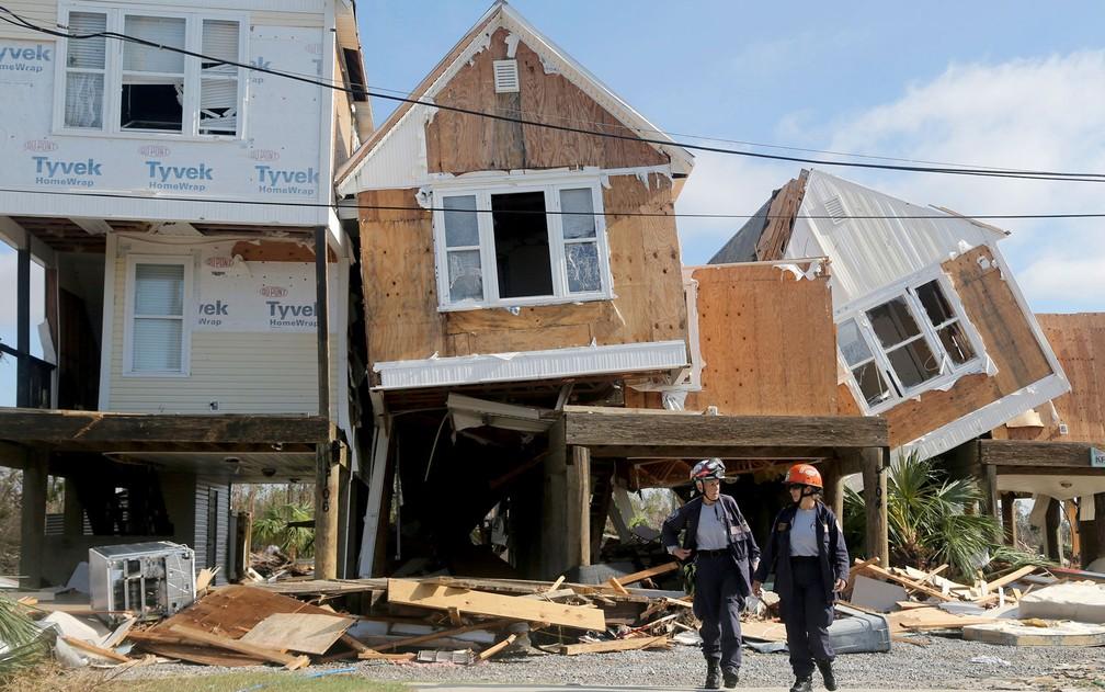 Resgatistas avaliam danos em casas afetadas pelo furacão Michael em Mexico Beach, na Flórida, na quinta-feira (11) — Foto: Douglas R. Clifford/Tampa Bay Times via AP
