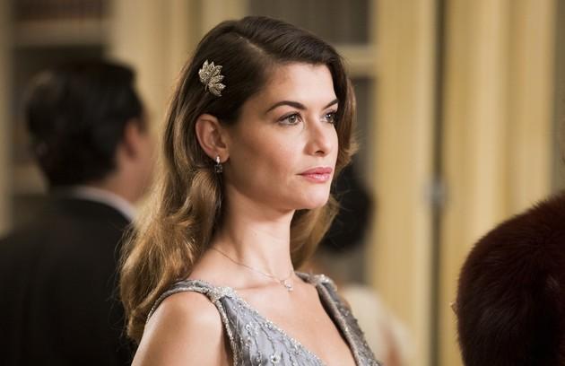 Dora (Alinne Moraes) seria uma filha bastarda de Eugênio (Felipe Camargo) e, portanto, irmã de Julia (Vitória Strada) (Foto: TV Globo)