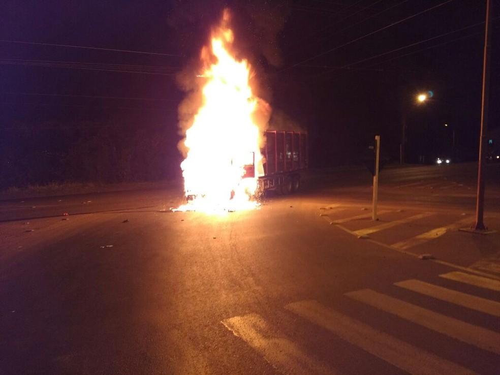 Caminhão e moto pegaram fogo na noite de segunda (7) em Concórdia (Foto: Edson Klein/Corpo de Bombeiros de Concórdia)