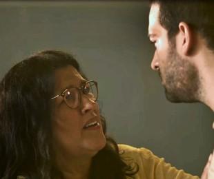 Na segunda-feira (9), Lurdes (Regina Casé) levará um celular clandestinamente para o presídio e o entregará para Sandro (Humberto Carrão)   Reprodução