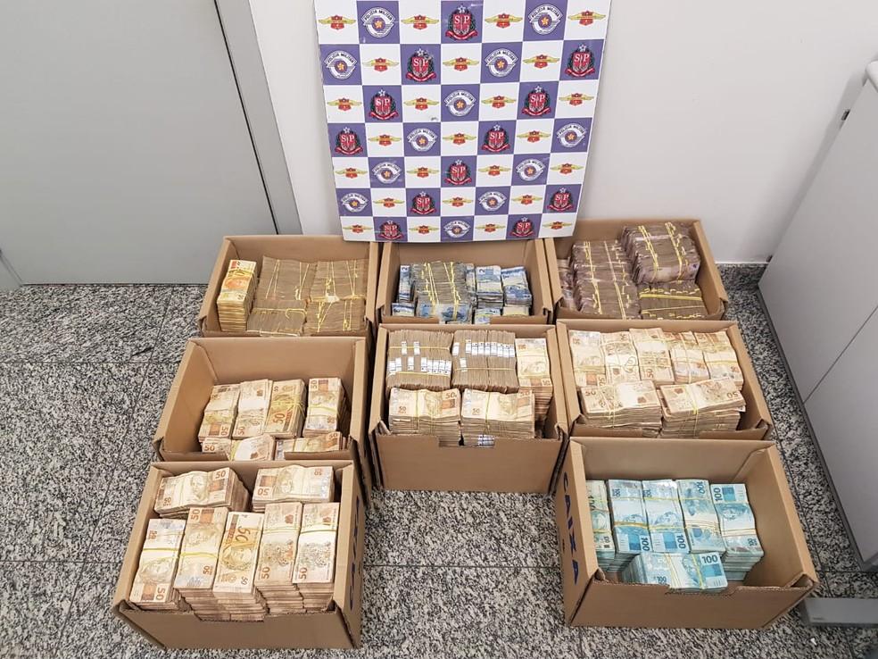 Dinheiro foi localizado dentro de caixas em Jundiaí — Foto: Polícia Rodoviária/Divulgação