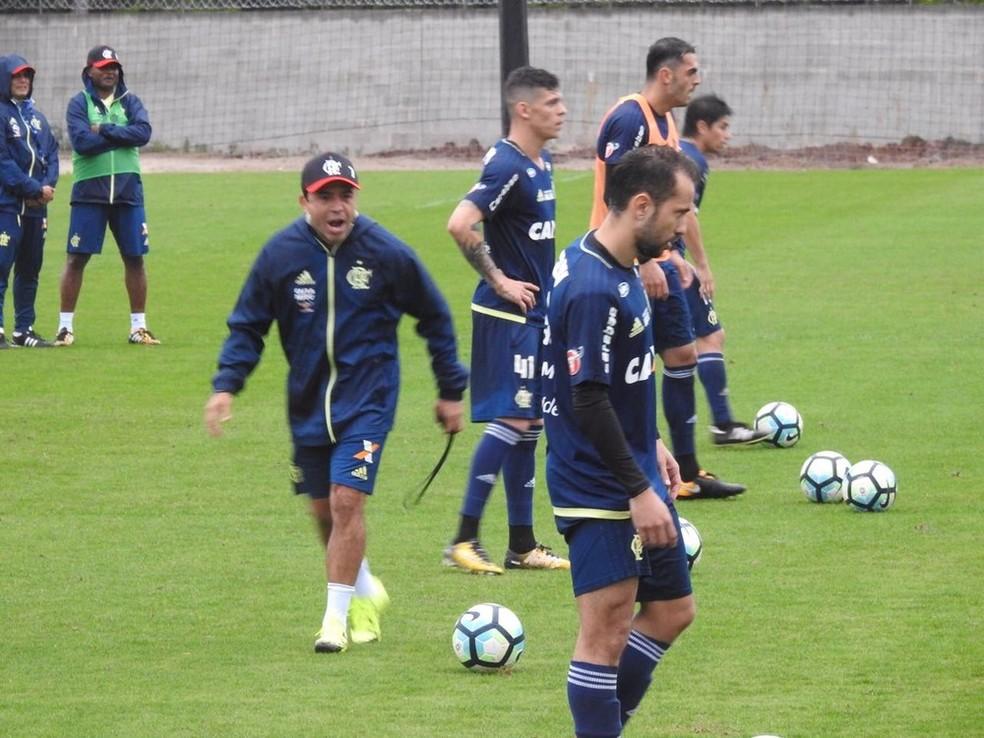 Velasco trouxe outra metodologia na preparação física, com mais atividades antes dos treinamentos. Alguns jogadores sentiram o desgaste (Foto: Fred Gomes)