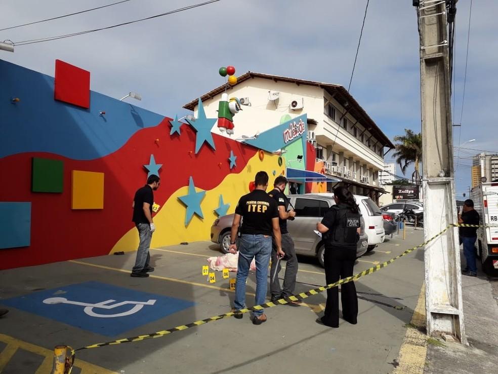 Homicídio aconteceu na calçada de uma casa de festas infantis, na Av. Amintas Barros, em Lagoa Nova — Foto: Julianne Barreto/Inter TV Cabugi