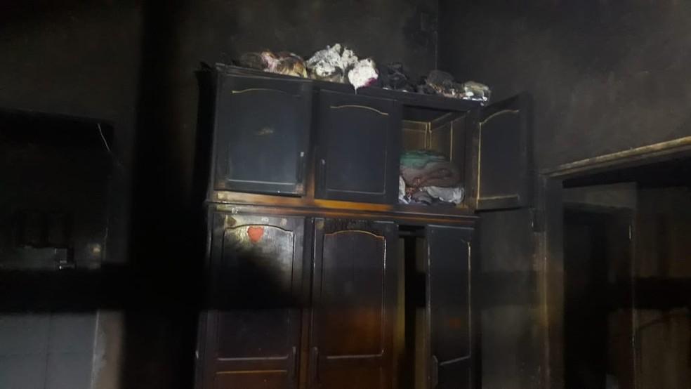 Guarda-roupas atingido pelas chamas ficou estragado — Foto: Polícia Militar - MT