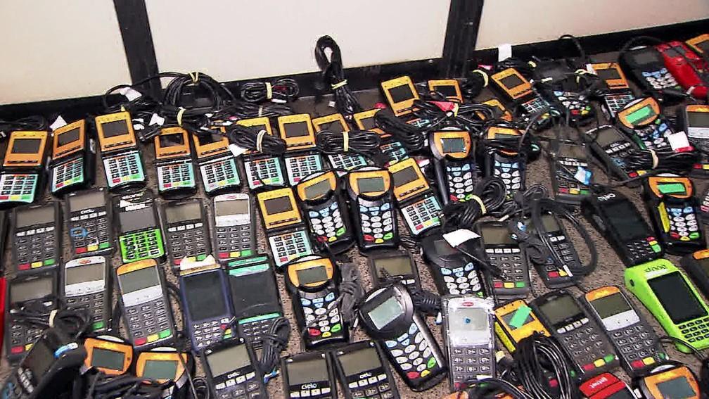 Máquinas de cartão de crédito que eram utilizadas em golpe em São Paulo — Foto: Reprodução/TV Globo