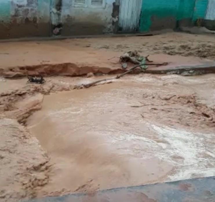 Chuva aumenta cratera aberta na Praia do Morro Branco, no Ceará; vídeo