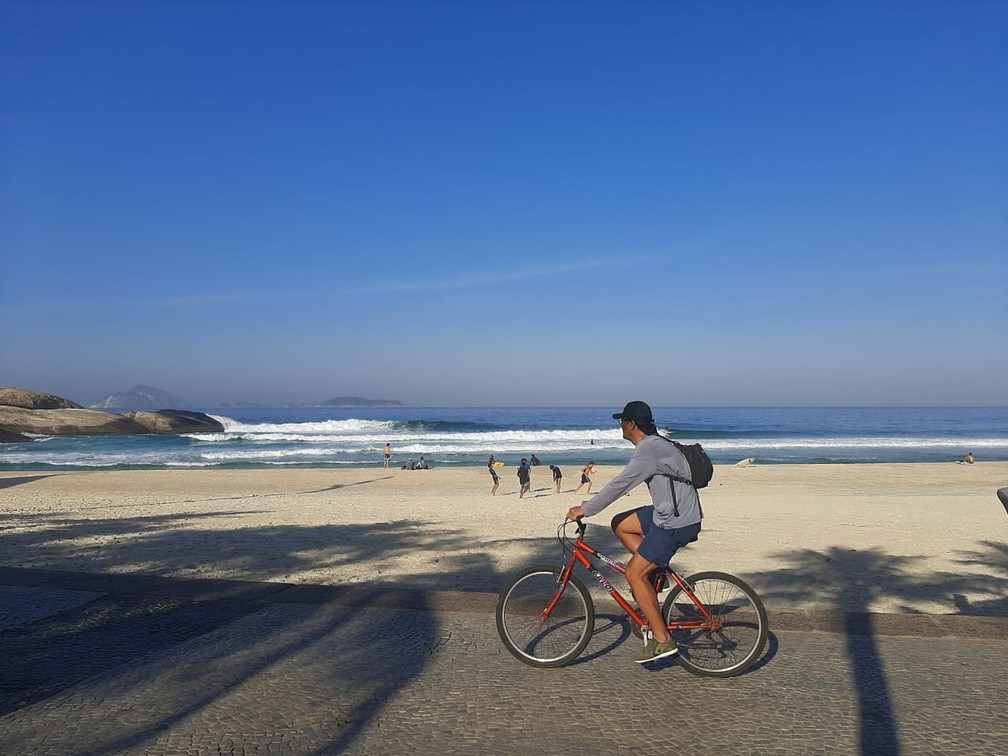 Ciclista pedala na Praia do Arpoador — Foto: Daniel Silveira/G1