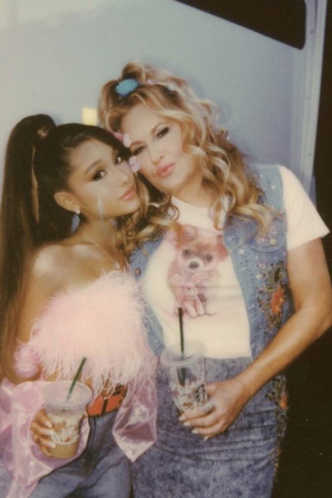 Ariana Grande e Jennifer Coolidge nos bastidores de Thank U, Next (Foto: reprodução/ instagram)