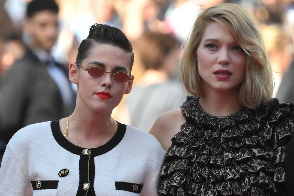 As atrizes Kristen Stewart e Lea Seydoux participam de protesto feminino no tapete vermelho de Cannes (Foto: Loic Venance/AFP)