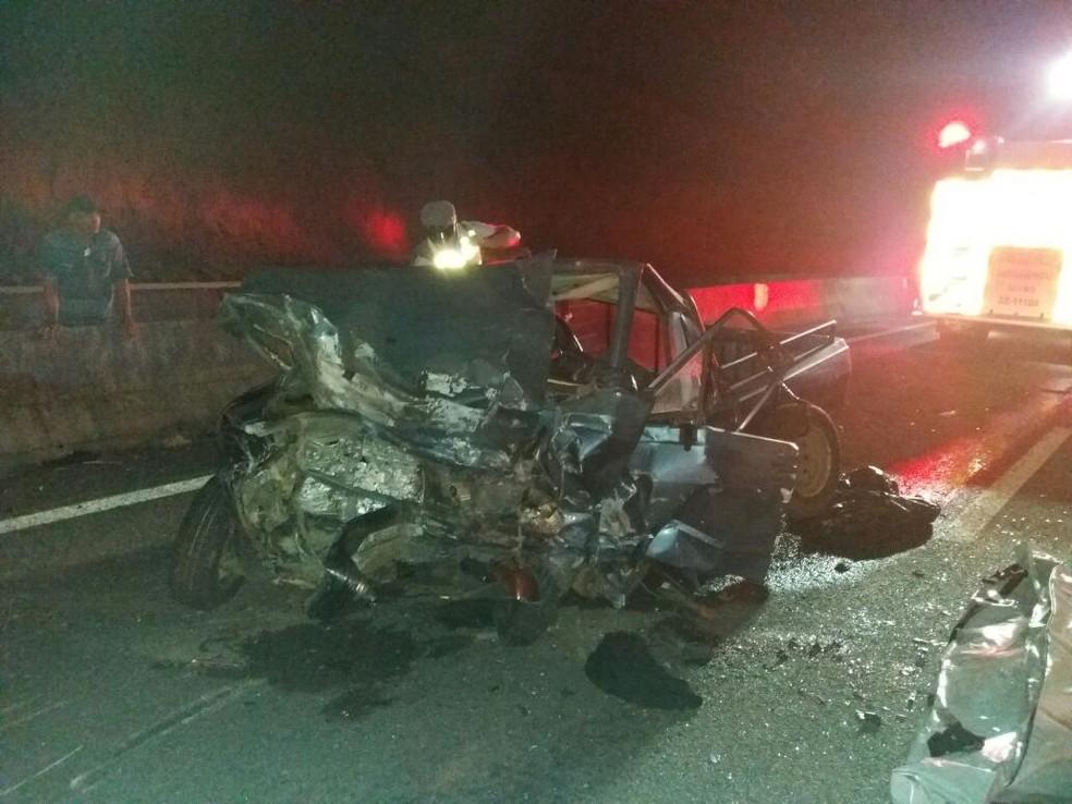 Acidente fatal deixou dois mortos na Tamoios (Foto: Divulgação/Bombeiros )