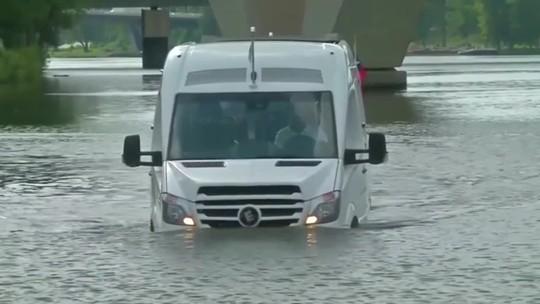 VÍDEO: Van que roda até na água levará turistas em Praga