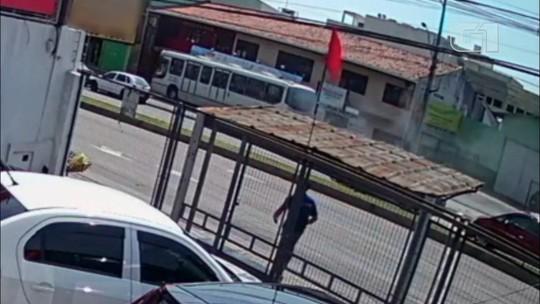 Motorista vai ao banheiro, esquece de puxar freio de mão, e ônibus desce avenida desgovernado; assista