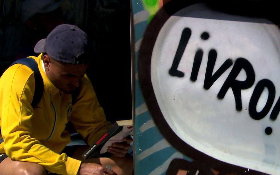 Leitura ajuda a transformar a vida da comunidade (Foto: TV Globo/Reprodução)