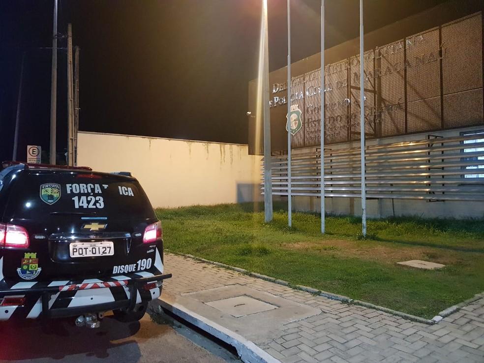 Suspeito do crime foi encaminhado para a Delegacia Metropolitana de Maracanaú. — Foto: Rafaela Duarte/SVM