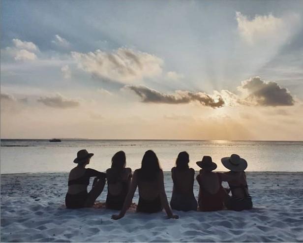 Gal Gadot com suas amigas (Foto: Reprodução / Instagram)