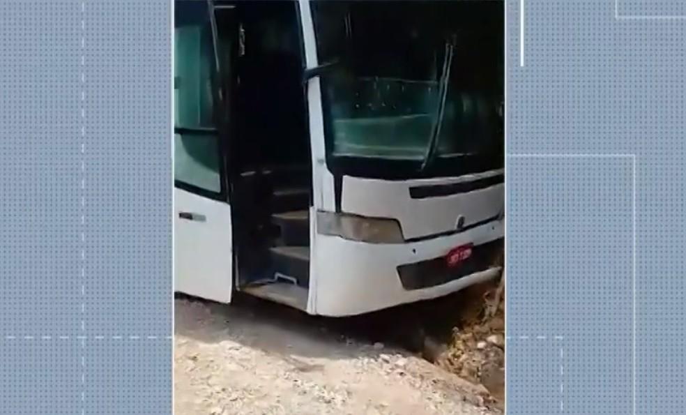 Após problema com freio, motorista de ônibus escolar precisa deslocar em barranco na cidade de Eunápolis — Foto: Reprodução/TV Bahia