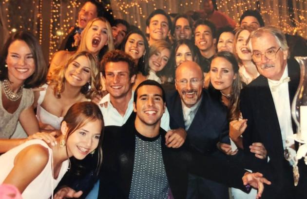 Leticia Colin (no canto esquerdo), que interpretou Glorinha, posa com o elenco do seriado, que atualmente é reprisado pelo Viva (Foto: Arquivo pessoal)