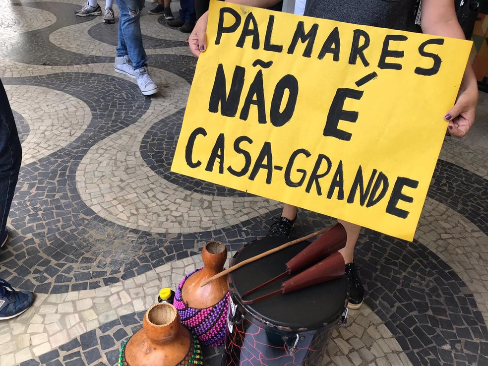 Integrantes do movimento negro Grito Forte dos Palmares fazem ato em frente à Fundação Cultural Palmares, em Brasília, contra nomeação de Sérgio Nascimento de Camargo para a presidência da instituição — Foto: Luiza Garonce/G1