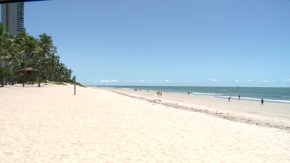 Praia de Boa Viagem, no Recife, ficou vazia neste sábado (21), primeiro de dia de restrições por causa do novo coronavírus — Foto: Reprodução/TV Globo