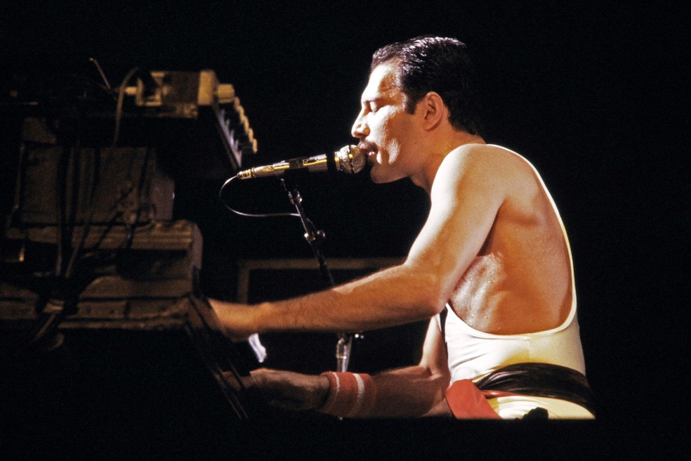 Freddie Mercury durante show do Queen no Palais Omnisports de Paris Bercy, em setembro de 1984 — Foto: Jean-Claude COUTAUSSE / AFP