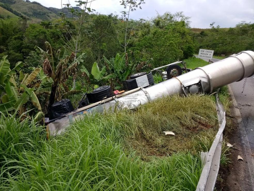 Caminhão tomba e vaza produto químico em Cajati, no Vale do Ribeira. (Foto: Arquivo Pessoal)