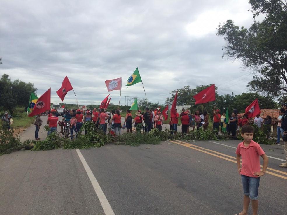 MOSSORÓ, 9h20: manifestantes interditaram as duas vias da BR-304 — Foto: Hugo Andrade/Inter TV Cabugi