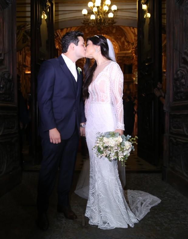 O esperado beijos dos noivos, Matheus e Paula (Foto: Wallace Barbosa e Anderson Borde/AgNews)