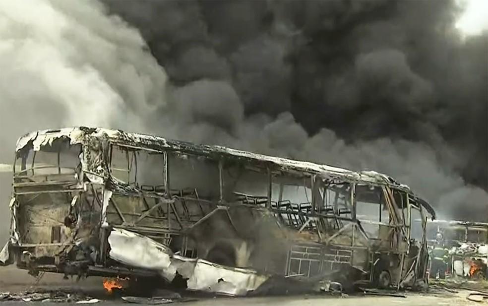 Incêndio em garagem de ônibus em Salvador — Foto: Reprodução/TV Bahia
