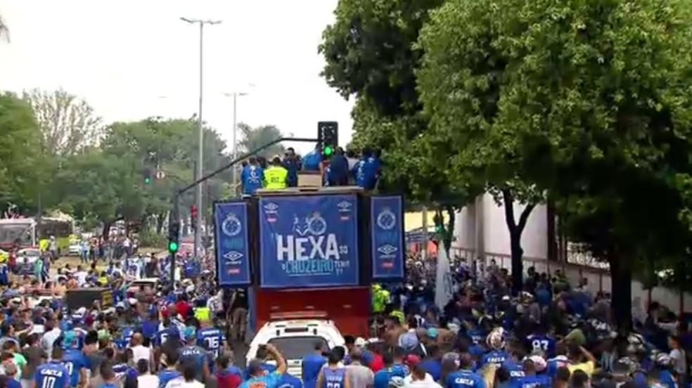 Campeões desfilaram em carro aberto pelas ruas de BH — Foto: Reprodução TV Globo