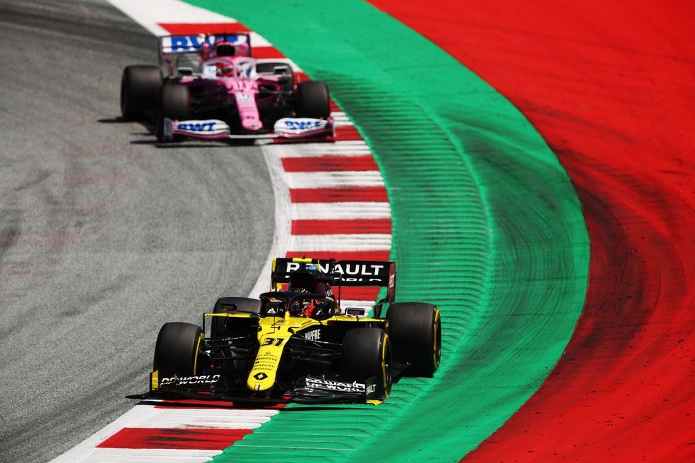Ocon à frente de Pérez durante o GP da Estíria de F1 — Foto: Reuters