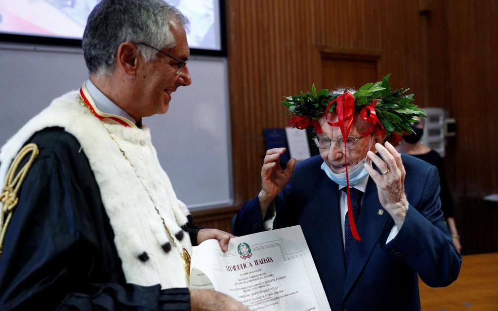 Giuseppe Paterno recebe seu certificado de graduação em Filosofia e História, na Universidade de Palermo, na Itália, em 29 de julho — Foto: Reuters/Guglielmo Mangiapane