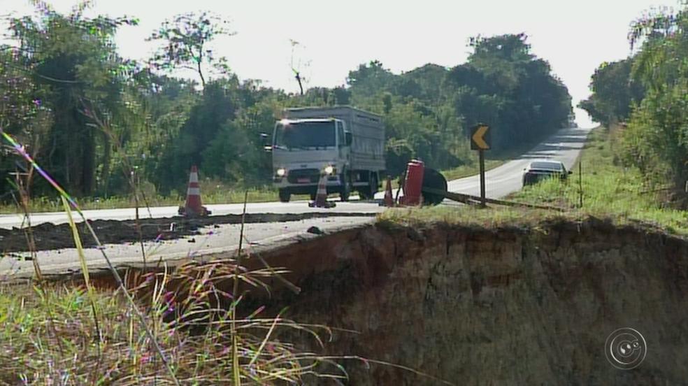Motoristas reclamam de cratera em rodovia que liga Coronel Macedo a Itaporanga (Foto: Reprodução/TV TEM)