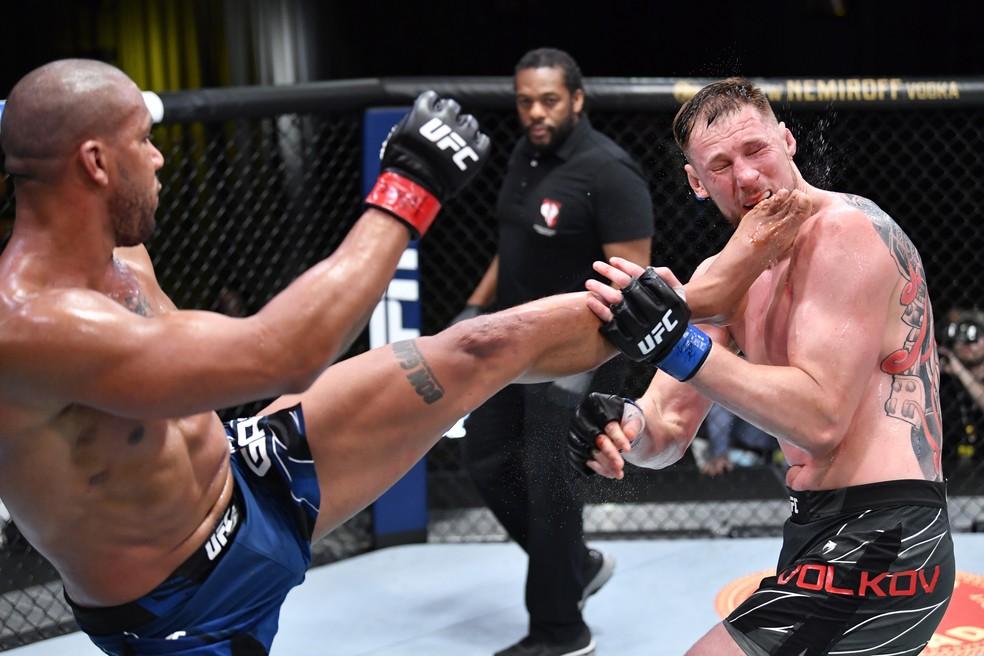 Ciryl Gane golpeia Alexander Volkov em sua vitória no UFC — Foto: Getty Images