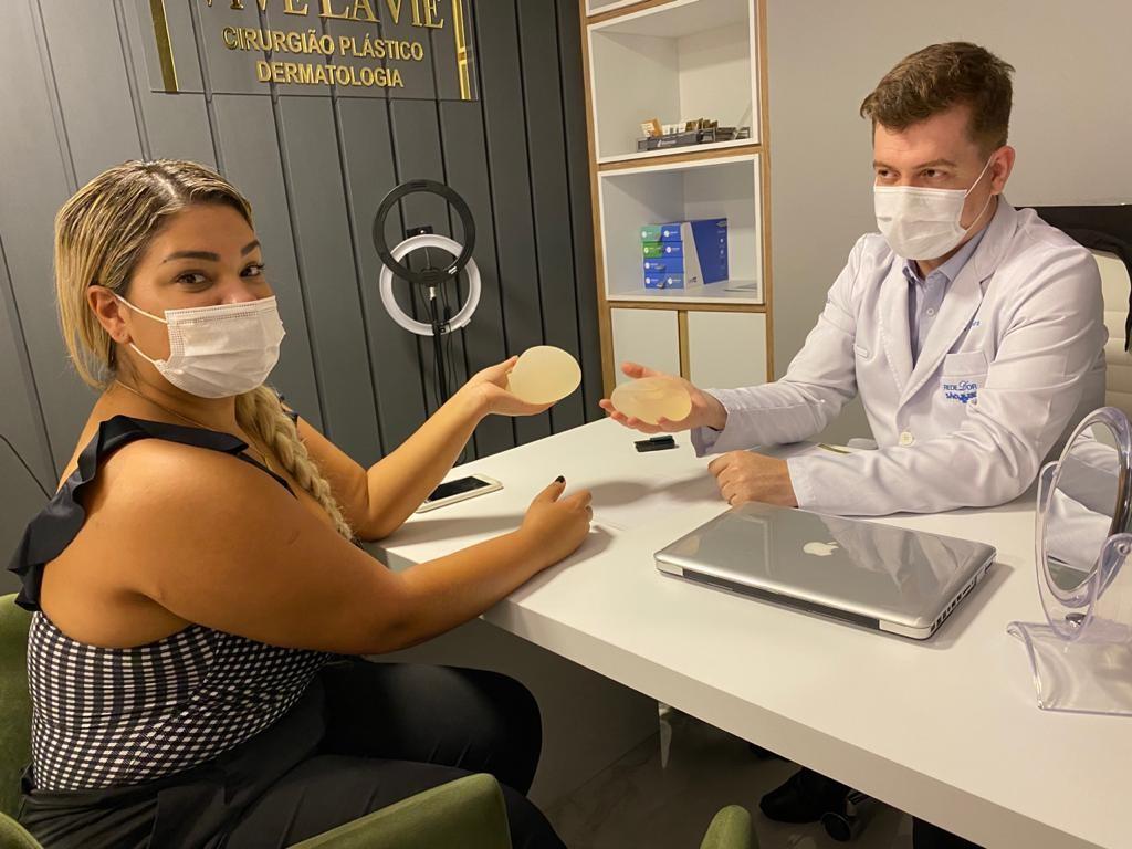 Mulher Filé em consulta com o cirurgião plástico Dr. Nivio Moreira (Foto: Divulgação)