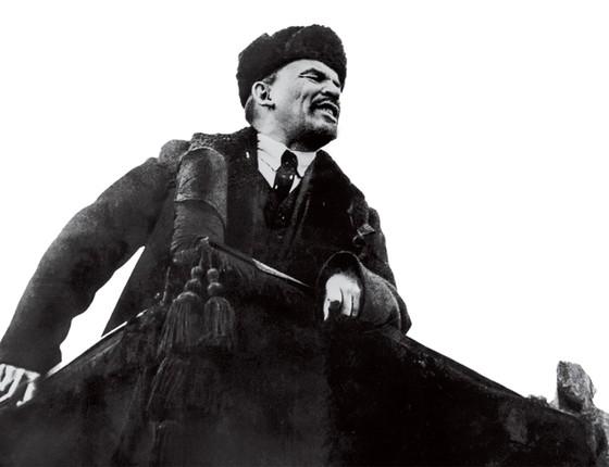 Vladimir Lênin faz discurso na Praça Vermelha, em Moscou, em 1918. Ex-socialista, Peterson mantém retratos de líderes soviéticos em casa para, segundo ele, nunca esquecer o poder maléfico das ideologias (Foto: Hulton-Deutsch Collection/Corbis/Getty Images)