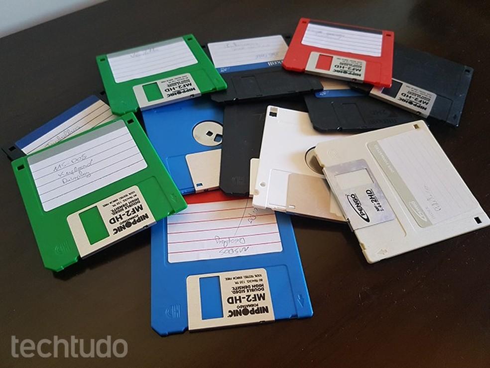 Os 12 disquetes da imagem carregam um total de 17,28 MB, pouco mais de 1% da capacidade de um único pendrive de 16 GB (Foto: Filipe Garrett/TechTudo)