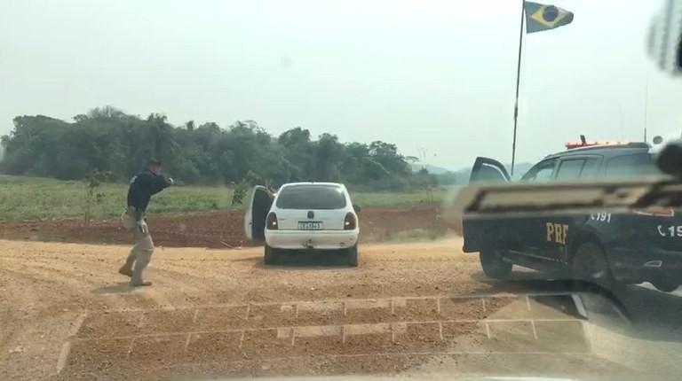 PRF persegue carro suspeito em rodovia de MS, dá 10 tiros e apreende drogas que seriam levadas para SP